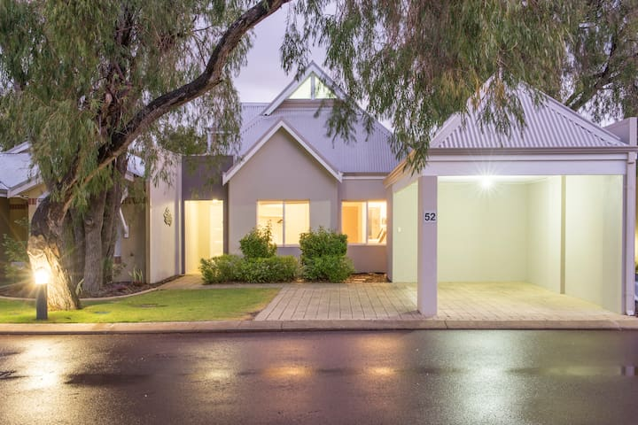 3 Bedroom King Spa Bungalow #52 - Broadwater - House