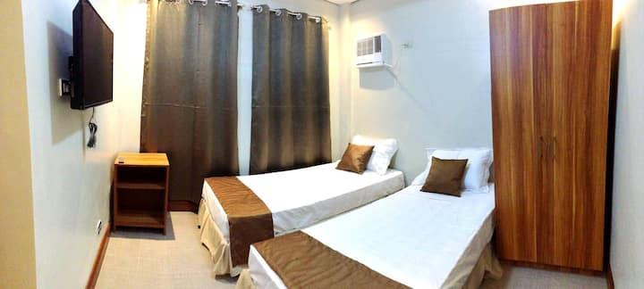 Casa Domingo: 2F Twin Room w/ T&B Near Airport
