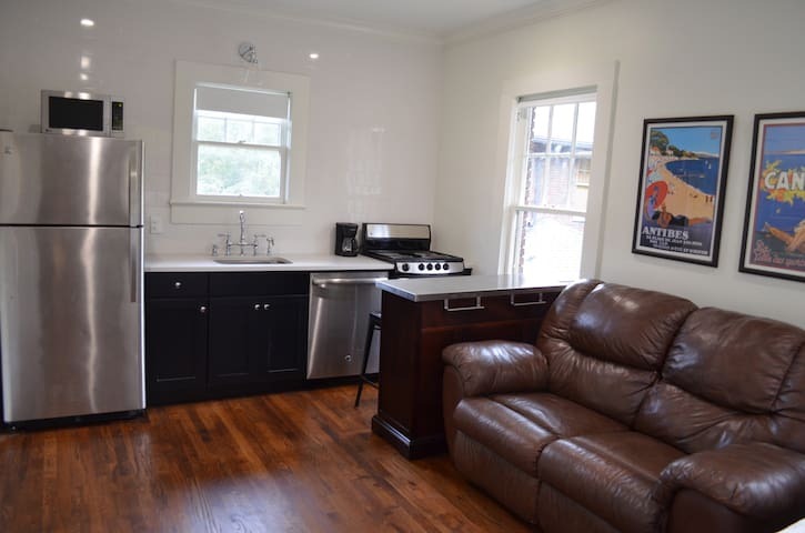 Historic Carriage House Retreat - Great location!