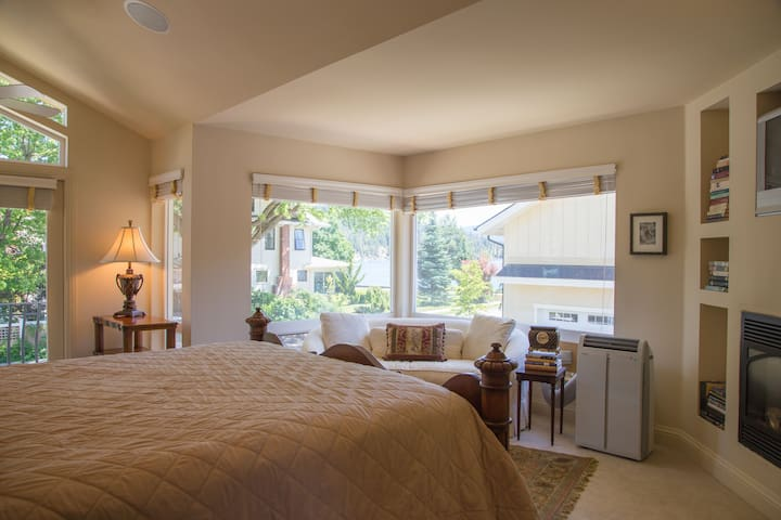 Lake View Master Suite with King Bed