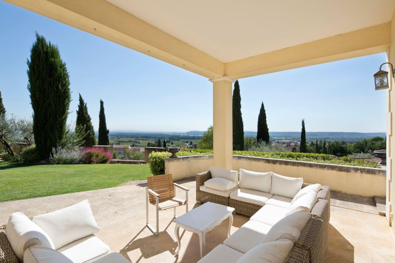 Salon sur la terrasse avec vue panoramique .