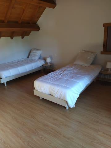 Chambre 3 avec 2 lits 90x190