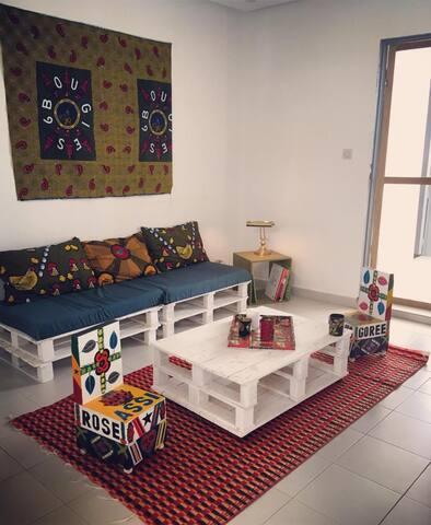 Le salon indépendant pour les hôtes et attenant à leur chambre