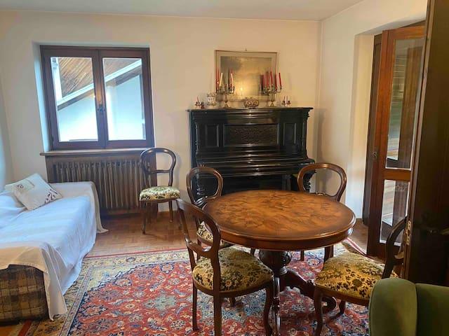 Secondo soggiorno diviso dalla porta scorrevole che diventa la seconda camera da letto con divano ad una piazza e mezzo