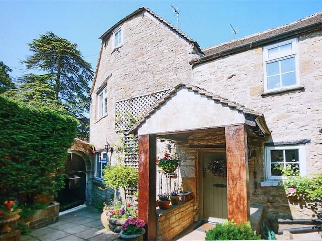 PIKE COTTAGE, with open fire in Stow-On-The-Wold, Ref 988609