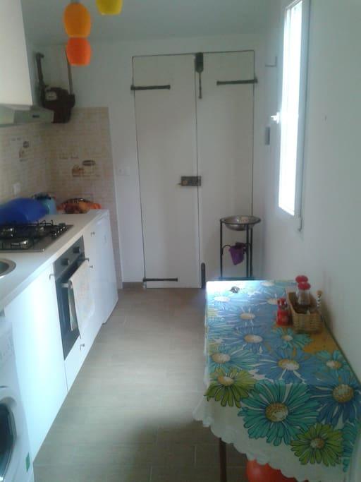 Cucina provvista anche di lavatrice,angolo cottura e spazio pranzo/cena