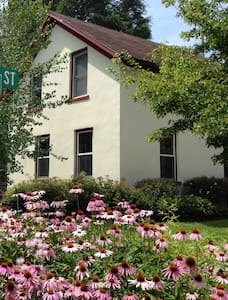 Art-Filled Historic Home w Skylight Studio - Decorah - Σπίτι