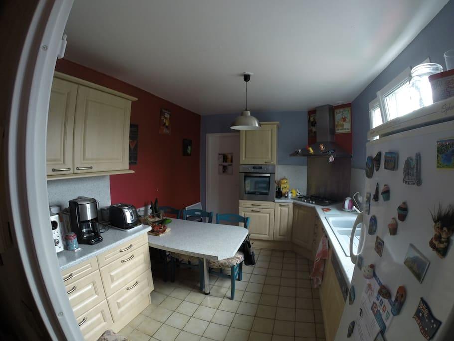La cuisine equipée (four, lave vaisselle, frigo, micro ondes, cafetière, grille pain)