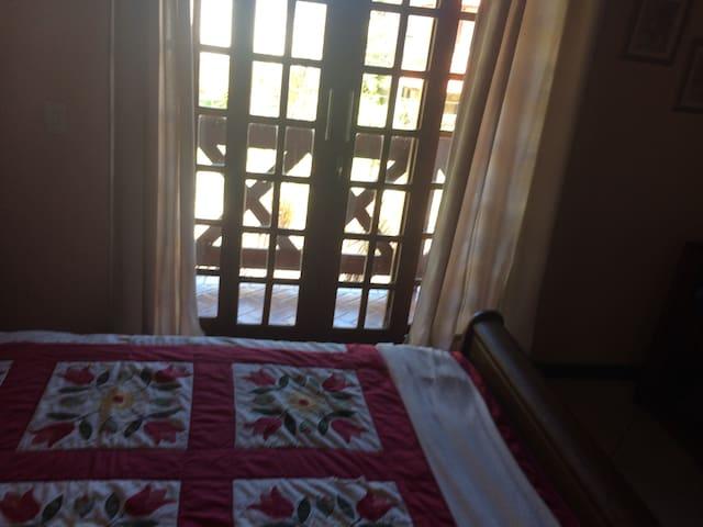 Cama Queen Quarto 01 (suite) de casal pode ser colocado mais um sofá cama