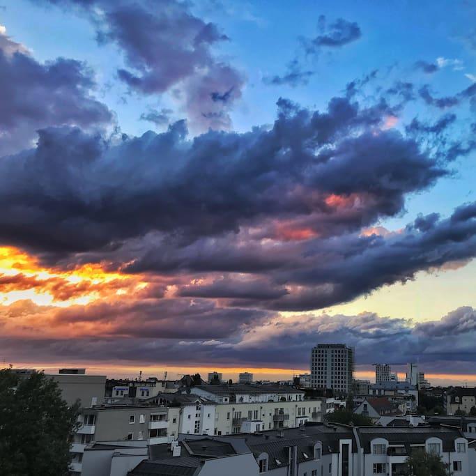 Blick vom Balkon über den Münchner Norden bei Abenddämmerung