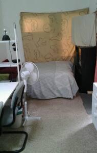Close city cheap below average room - Keswick - Rumah