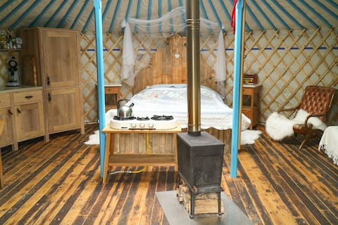 Yurt acolhedor com jardim privado, varanda e banheira de hidromassagem
