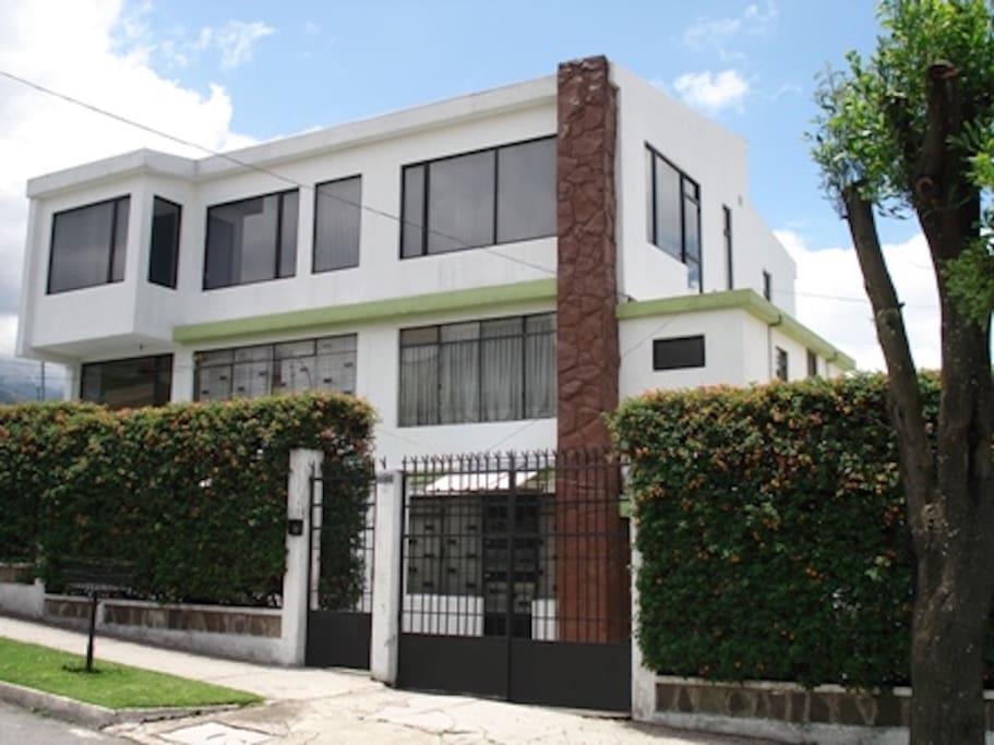 Residencia ubicada en barrio tranquilo y seguro.