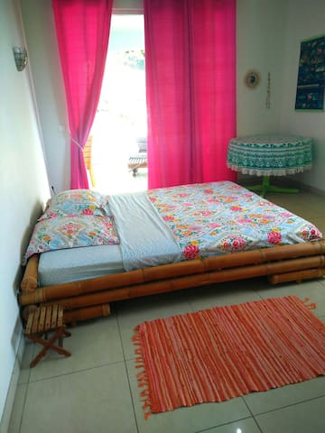 Bedroom with king-size bed. Direct access to the terrasse & pool/ chambre lit king size avec accès direct à la terrasse & piscine
