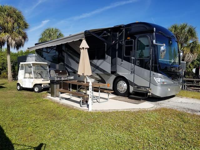 Luxury 40' Motorhome At Resort  2 pools, Golf Kart