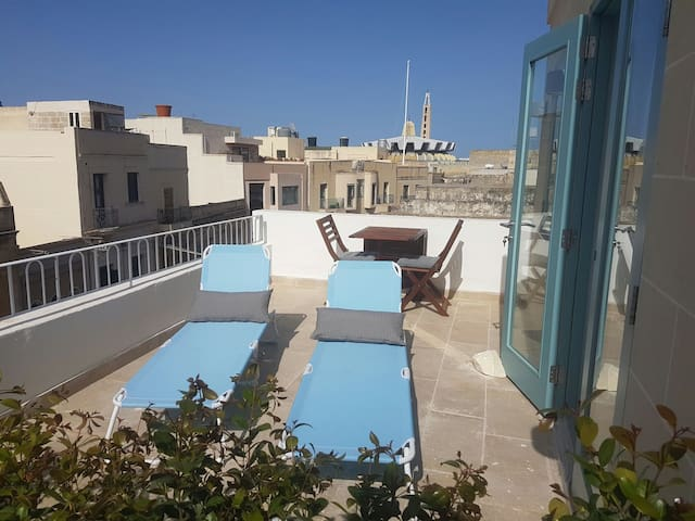 Penthouse & Terrace in Friendly Historic Townhouse - Balzan - Apartment