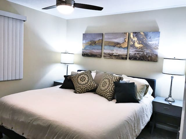 *Heart of Fairfield:2b/1.5b-king bed & Wifi #103