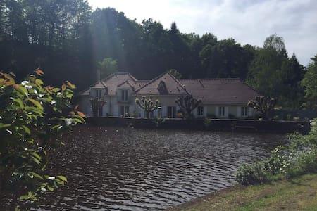 Ancien Moulin au bord d'un étang - Feytiat - บ้าน