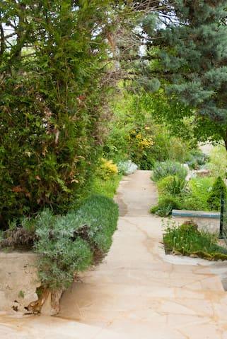"""Maison en pierre avec jardin: """"Les BOURDONS"""""""