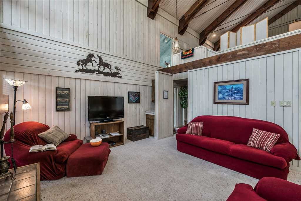 Perfect Family Accommodations - The living room has a nice home feeling to it. With the extra seating you can have all your guests around and watch TV or catch up on old times.