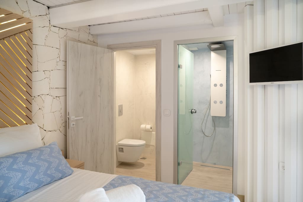 Seperate toilette and shower