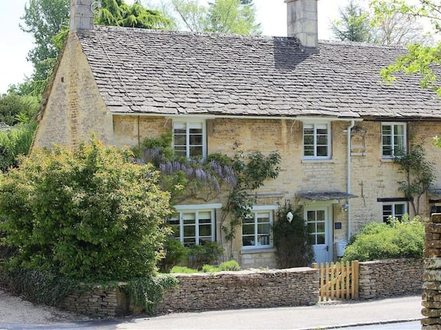 CLAYPOT COTTAGE, romantic in Barnsley, Gloucestershire, Ref 988995
