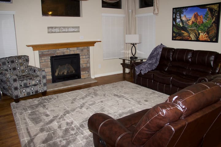 Living room w/ gas fireplace