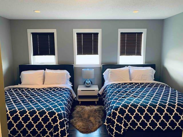2 Queen Bed - Sleeps 2 West Edmonton Bedroom