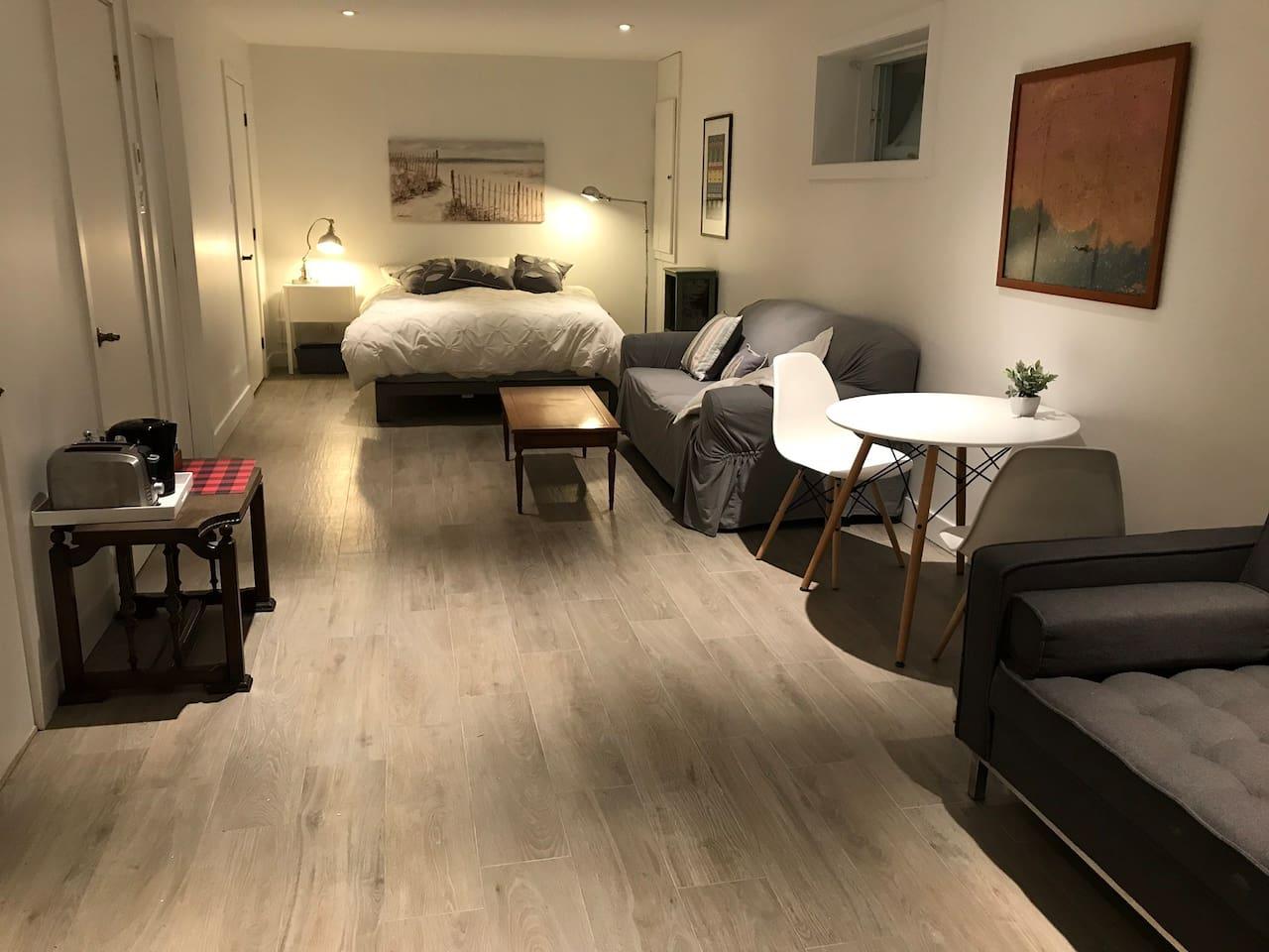Le studio est muni d'un lit queen hyperconfortable et de deux canapés lit avec table et salle de bain neuve privée. Avec accès au lac et au sauna.