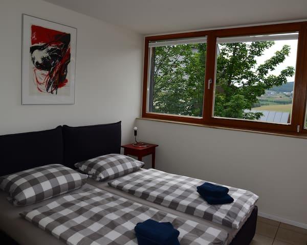 """Schlafzimmer """"Rot"""" im OG"""