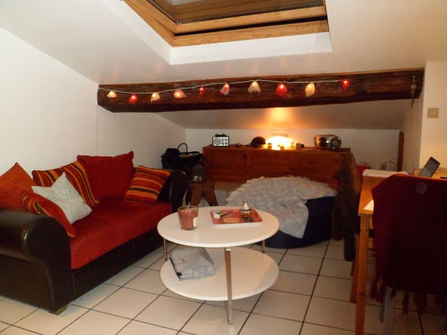 Le coin salon avec une table et des chaises pour ceux qui préfèrent s'attabler pour manger.