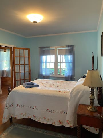 Adjoining bedrooms, Full Bed, wonderful view of the lake and nice cool breeze of the lake at night.