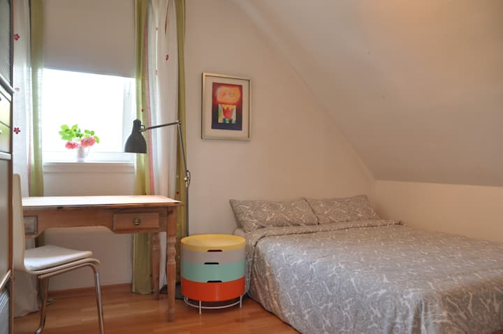 Quiet, nice room near ICE trainstation and Park
