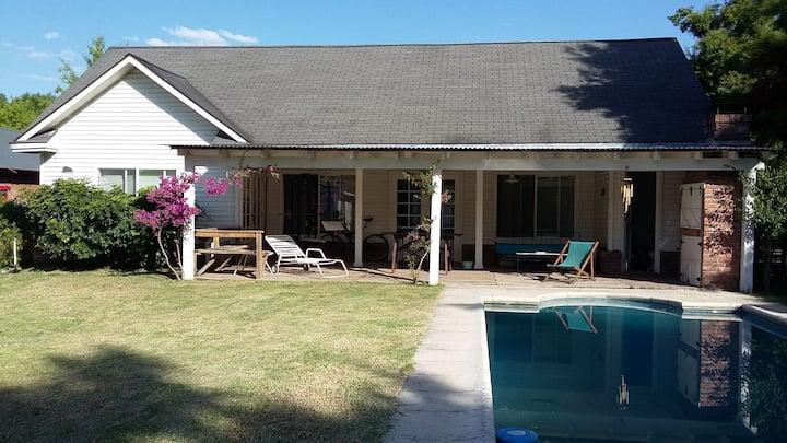 Habitación c/baño privado en Casa  jardín y pileta