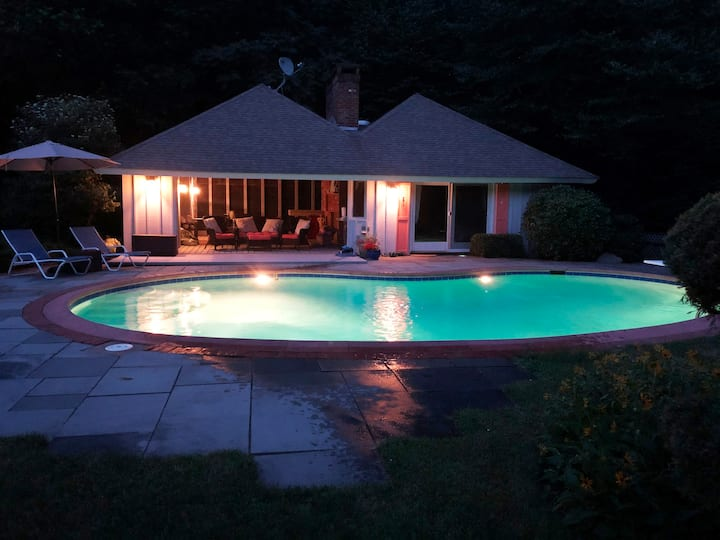 Quiet setting for this guesthouse with pool.
