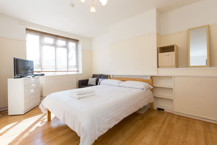 Spacious room in cozy flat (LC R4)