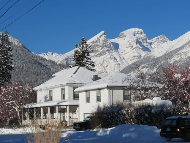Old Nurses Residence Rose Room - Downtown Fernie