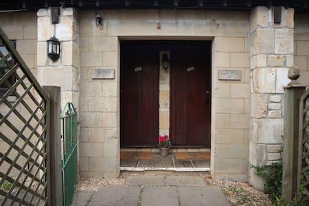 CowByre 1 & 2 for up to 10, Bradford on Avon, Bath - Bradford-on-Avon - House