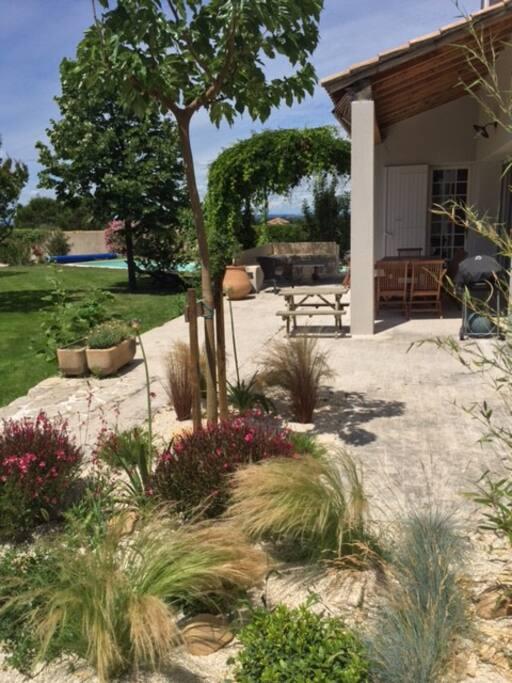 Terrasse, barbecue et jardin.