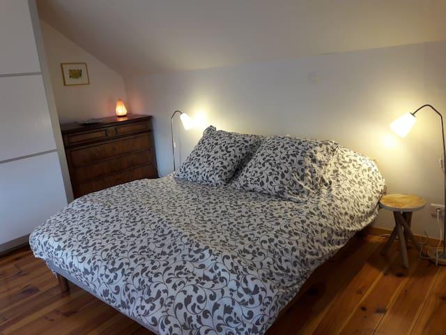 La chambre avec commode et penderie. Pour l'été ventilateur et Clim