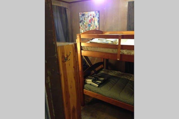 Comfortable and afforable NYC - Brown Room - Mount Vernon - บ้าน