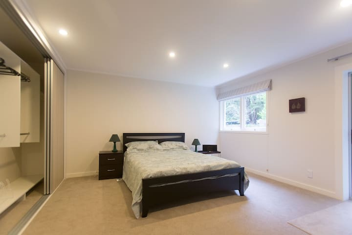 Titirangi, downstairs flat 1 bdrm - Auckland