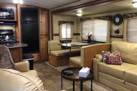 Weekend Glamping! Comfy RV for 1 or 2.