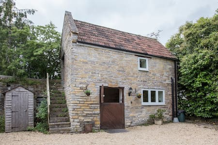 Beautiful converted barn with hot tub & pool