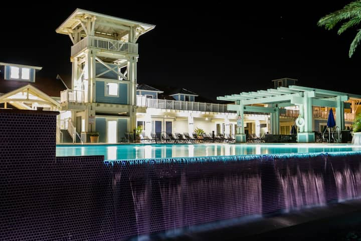 Bay-side condo w/ shared hot tub & pool, close to beach!