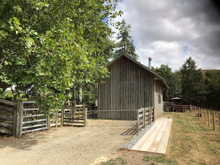 Karapiro Cabin Unique rustic renovated farm shed