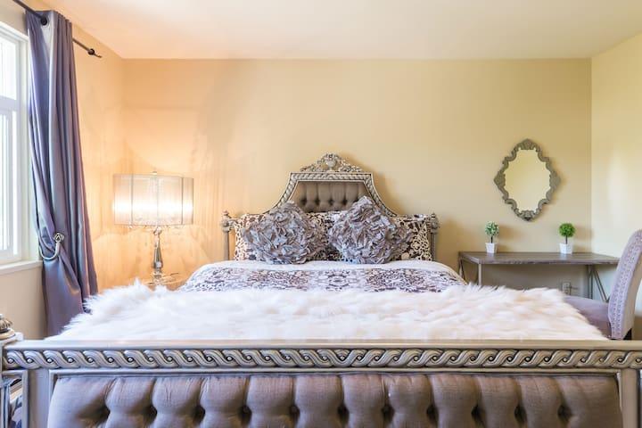 Room 2- Queen Bed