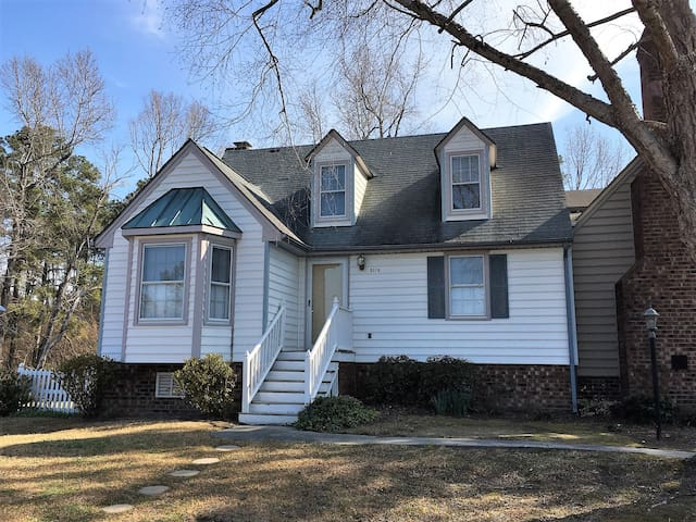 Entire town home w/ 1bd/1ba close to I95 & 64 - Rocky Mount - Rekkehus