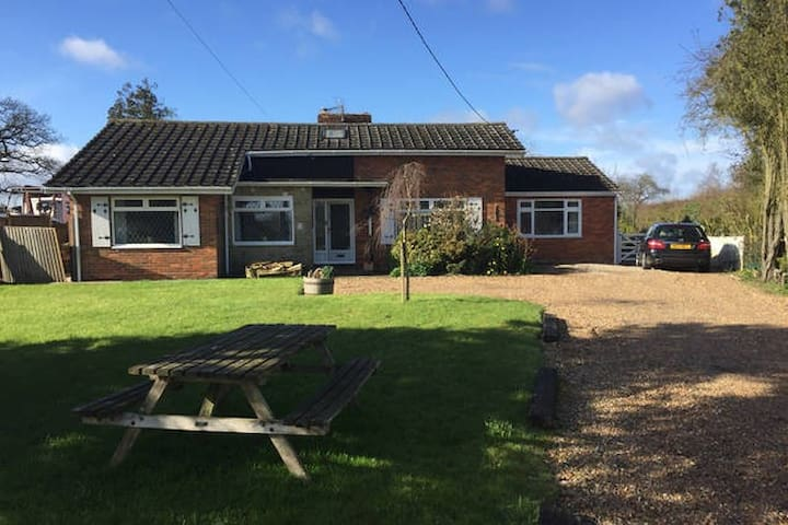 Spacious three bed bungalow - Willows Green - Bungalow