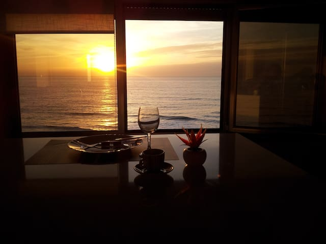 KITCHEN WINDOW SUNSET Cozinha/Sala com vista panorâmica para a praia - pôr do sol
